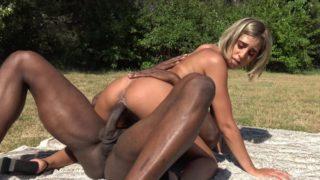 Assia, 25 ans, enculée dans un parc public par un blacky bien membré !   (Jacquie et Michel)